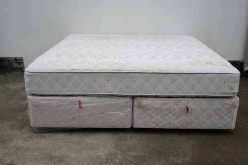 "Beds & Cots AN AWESOME SEALY POSTUREPEDIC ""SUPER KING"