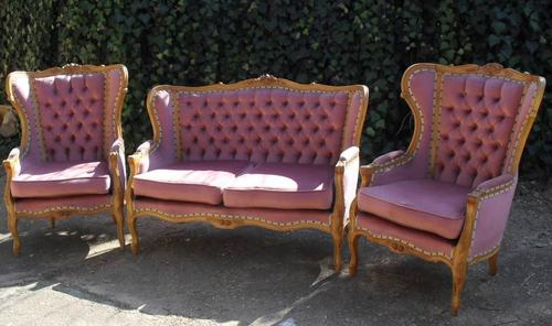 3 PIECE VICTORIAN STYLE LOUNGE SUITE IN PRETTY PINK. THIS SUITE IS IN  EXCELLENT CONDITION.
