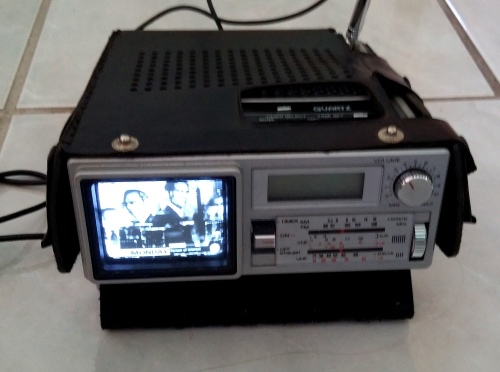 other antiques collectables r1 clearance sale vintage sanyo micro tv radio alarm. Black Bedroom Furniture Sets. Home Design Ideas