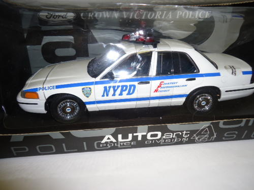 Autoart Ford Crown Victoria Nypd Police Car  Scalecast Model