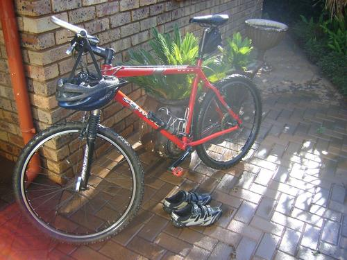 21 Schwinn Moab 2 with Manitou Elite forks + Free Olympus MTB shoes, Giro  helmet and cycle comp