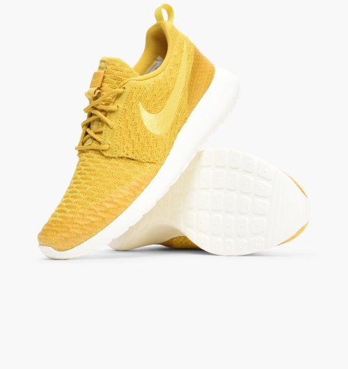 quality design d0ff9 6f707 With its minimalist, streamlined design, the Roshe Run flyknit is a style  that s taken the world by storm. It pares down the details to the necessary  ...
