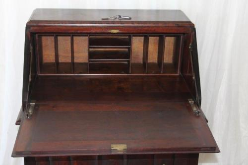 A ... - Desks - A SUPERB ANTIQUE SOLID STINKWOOD BALL AND CLAW FLIP-TOP
