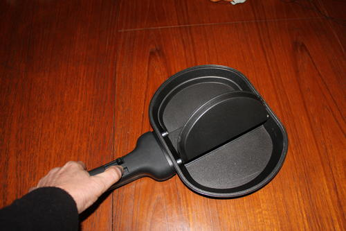 how to use a folding omelette pan