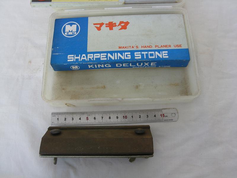 MAKITA SHARPENING STONE, 2 PAIRS OF HAND PLANER BLADES, PLANER BLADE JIG &  PLASTIC BOX