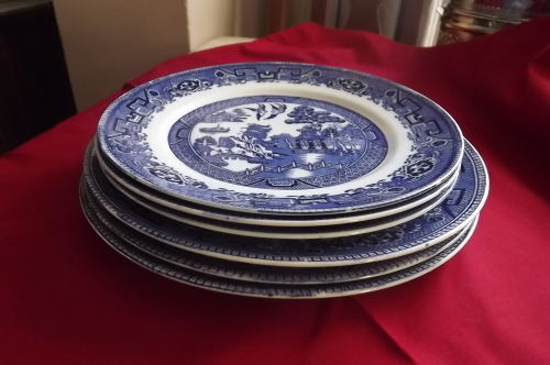 Set of 6 porcelain OLD WILLOW blue printed plates made in England.Three large dinner plates and 3 smaller plates.Size 22.5cm diameter and 25.25 cm diameter. & English Porcelain - Set of 6 porcelain OLD WILLOW blue printed ...