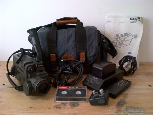Vintage Sanyo VM-RZ5P Video recorder with accessories - working