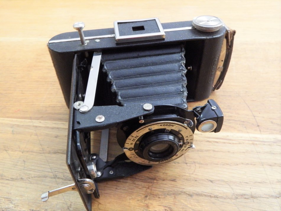Vintage Kodak fold out bellows camera with F-7.7 lens - Leather pouch broken