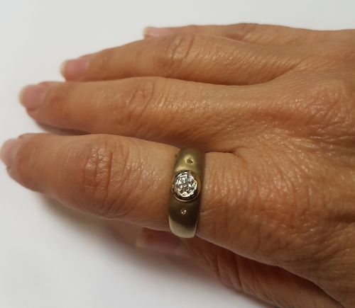 9ct (2.9gr) Mat Yellow Gold Diamond Ring For Sale